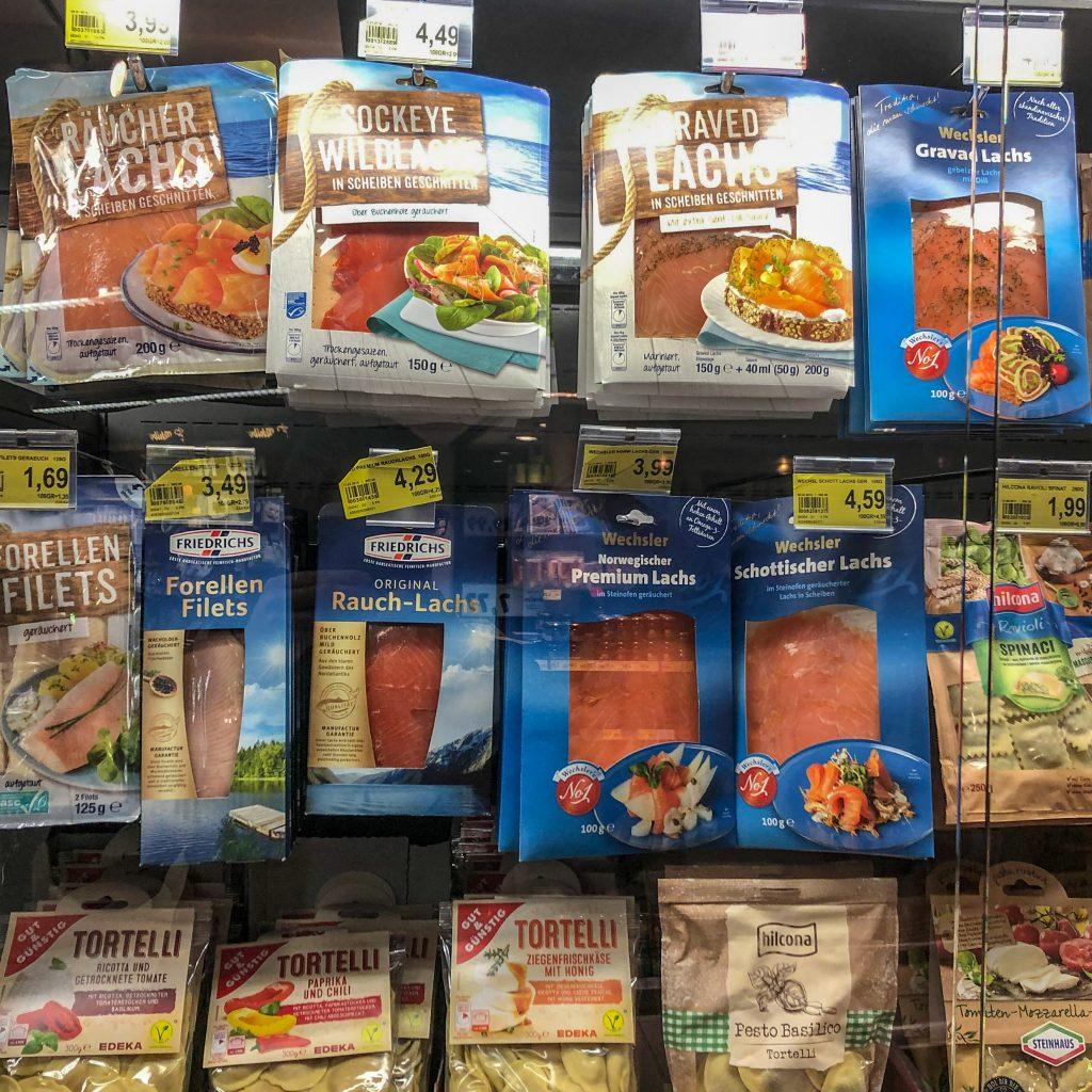 Godt utvalg av røkte produkter, differensiert på opprinnelse og på vill/oppdrett.