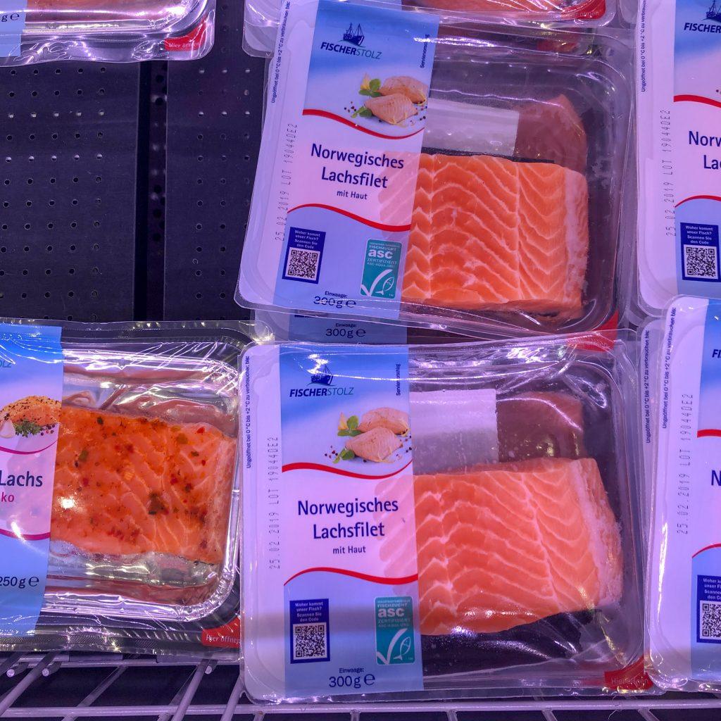 Fersk naturell ferdigpakket laks finnes i lavpriskjeder i Tyskland. Den er differensiert på ASC-merking.