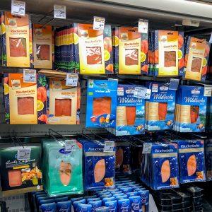 Godt utvalg av røkte produkter i tyske supermarkeder, differensiert på opprinnelse og på vill/oppdrett og økologisk. Foto: Morten Heide © Nofima
